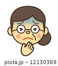 青い顔苦しいおばあさん 12130369