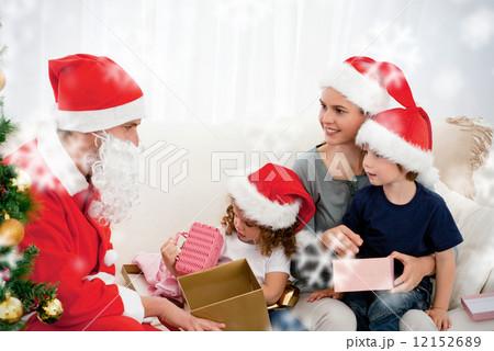 Santa Giving Presents To His Children In The Living Room 12152689 Pixta