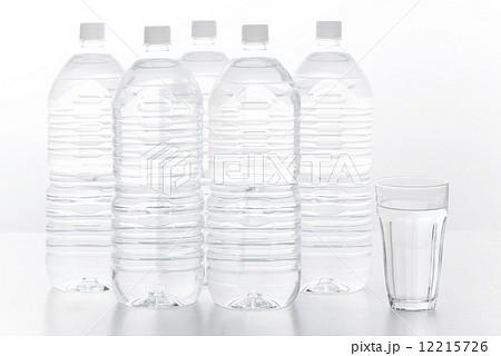 ペットボトル 水 ミネラルウォーターの写真素材 [12215726] - PIXTA