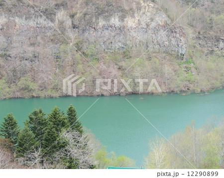 青く輝く湖 12290899