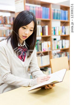 図書館で勉強する女子高生 12306151