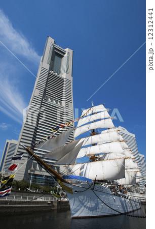 帆船日本丸の総帆展帆・満船飾と横浜ランドマークタワー 12312441