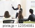 プレゼンテーションをするビジネスウーマン 12354081