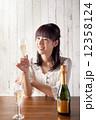 シャンパン 笑顔 女性の写真 12358124