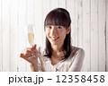 シャンパン 笑顔 女性の写真 12358458