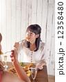 パーティー 女性 食事の写真 12358480