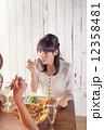 パーティー 女性 食事の写真 12358481