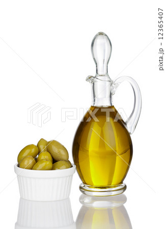 Olive oil, Olives in a bowl with real reflectionの写真素材 [12365407] - PIXTA