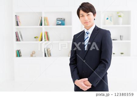 働くビジネスマンイメージ 12380359