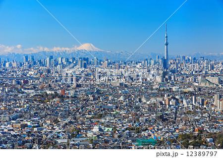 青空が広がる富士山と東京スカイツリー