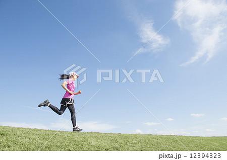 ジョギングする女性 12394323