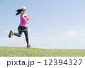 ジョギングする女性 12394327