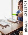 女性 カフェ シャンパンの写真 12413706