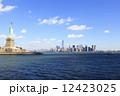 自由の女神とマンハッタン島 12423025