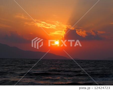 海に沈む夕陽 12424723