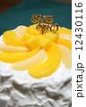 黄色と白の手作り桃ケーキ 12430116