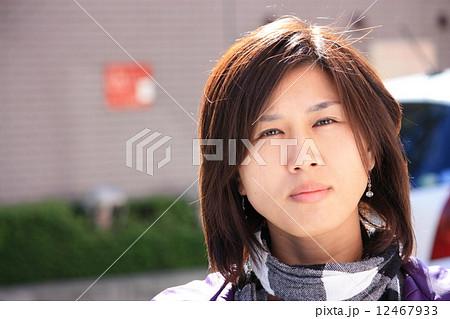 うつろな目の女性 12467933