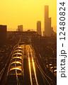 鉄道と高層ビル 12480824
