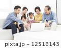 家族 シニア 三世代の写真 12516143