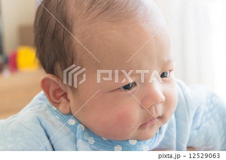 生後2ヶ月 赤ちゃん しかめっ面 12529063