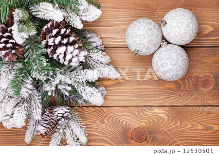 Christmas fir tree with snow and baubles on rustic wooden boardの写真素材 [12530501] - PIXTA