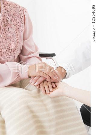 手を握る患者と医者 12564098