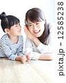 母娘 寝そべる 女性の写真 12585238
