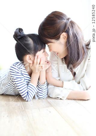 お母さんと娘 12585240