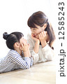 母娘 寝そべる 女性の写真 12585243