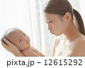 親子 赤ちゃん 見つめるの写真 12615292