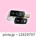 ダイヤの装飾があるスマートバンド、女性向けデジタルアクセサリーのコンセプト 12629707