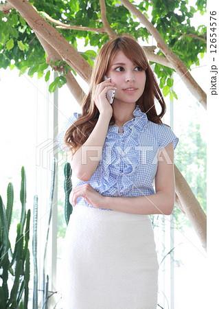 スマホで電話するハーフ美女 12654576