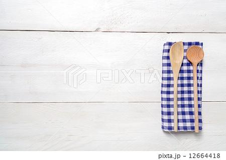 Kitchen towel and wooden spoon backgroundの写真素材 [12664418] - PIXTA