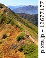 北アルプス・鹿島槍ヶ岳付近の縦走路を行く登山者と槍・穂高遠望 12677177