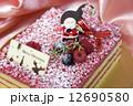 ピンクのクリスマスケーキ 12690580