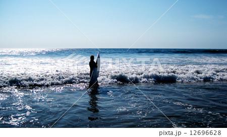 サーフィンをする女性 12696628