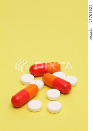 カラフルな薬 12703629