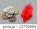 赤い羽根 募金 小銭の写真 12730969