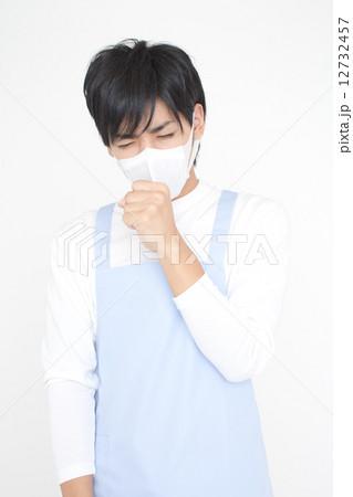 マスクをした男性介護福祉士 12732457