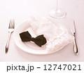 皿の上の蝶ネクタイと手袋 12747021