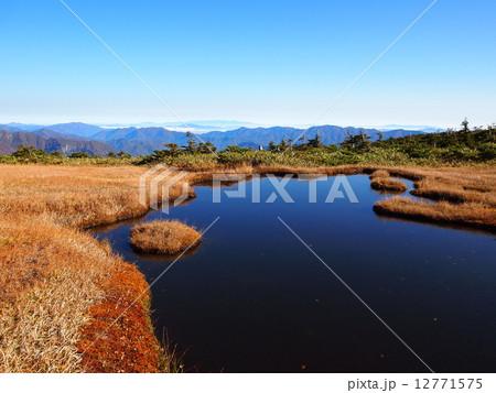 平ヶ岳登山道からみる湿原ごしの山々 12771575