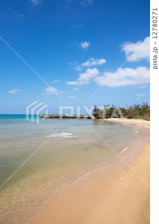 沖縄のビーチ・美留の浜 12780271