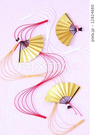 正月イメージ 扇と波型水引と和紙 ピンク 縦の写真素材 [12824660] - PIXTA