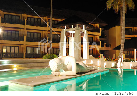 Modern swimming pool decorated with Buddha statue in night illumの写真素材 [12827560] - PIXTA