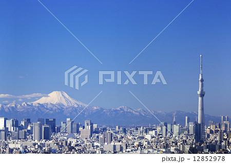 快晴青空・富士山と東京スカイツリーそして東京都心の高層ビル群を一望 382