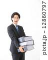 資料を持つ男性ビジネスマン 12860797
