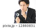 虫眼鏡・男性ビジネスマン 12860831
