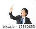 虫眼鏡・男性ビジネスマン 12860833