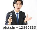 虫眼鏡・男性ビジネスマン 12860835