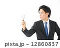 虫眼鏡・男性ビジネスマン 12860837